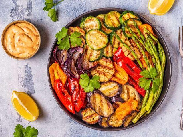 Deliciosos vegetales asados marinados en aceite de oliva