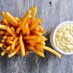 ¿Cómo hacer papas fritas doraditas y crocantes?