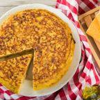 Aprende a preparar una clásica tortilla española en pocos minutos y recibe los aplausos de tus comensales.